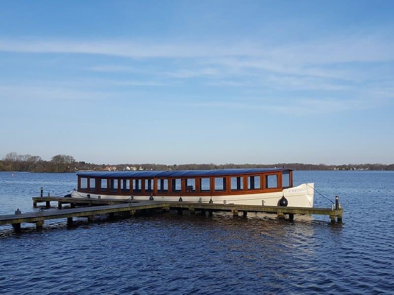 Rondvaartboot Neptunus voor anker bij De Rietschans Haren Groningen - Varend vergaderen